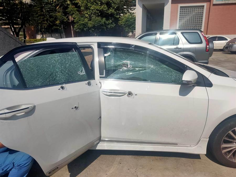 台南新市昨晚驚傳槍擊案,蕭姓男子及友人的轎車遭歹徒當街開槍,車身滿布彈孔。(翻攝照片/莊曜聰台南傳真)