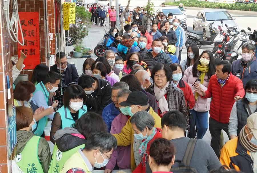 台中市議員何文海3日分送6千份口罩,上千民眾沿街排隊領取。(黃國峰攝)