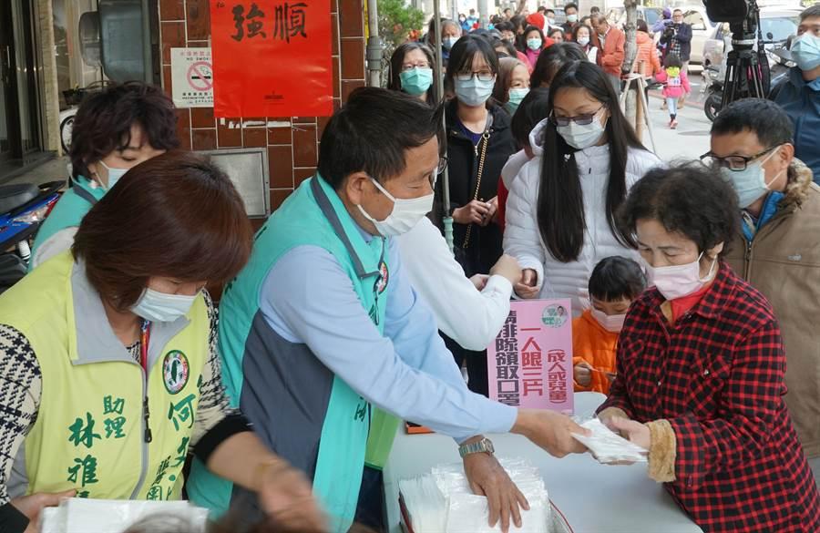 台中市議員何文海(左2)3日分送6千份口罩,表示看到大家買不到口罩,給需要的民眾應急使用。(黃國峰攝)