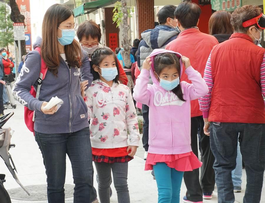 台中市議員何文海3日分送6千份口罩,不少家長帶著小孩來排隊,有人表示跑了很多家都買不到兒童口罩,建議政府應統一調度兒童口罩送到學校。(黃國峰攝)