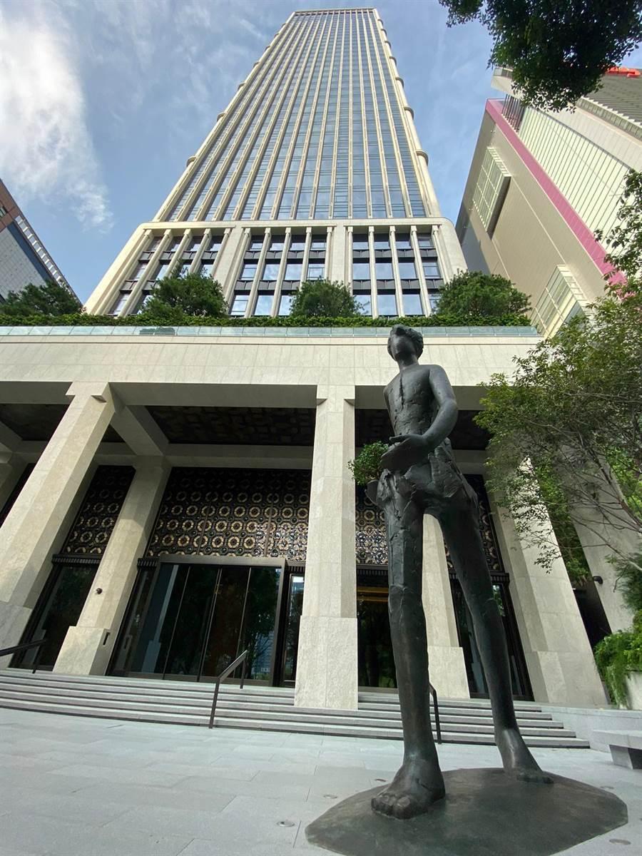 新加坡地產開發商和美置地集團主席蔡天寶蔡天寶,對於聯聚中雍大廈打造象徵台商精神的「行」雕塑深受感動。(盧金足攝)