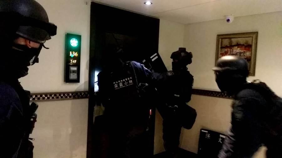 警方掌握陳嫌及幫眾的藏匿地點後,昨展開攻堅行動。(翻攝照片/吳亮賢新北傳真)