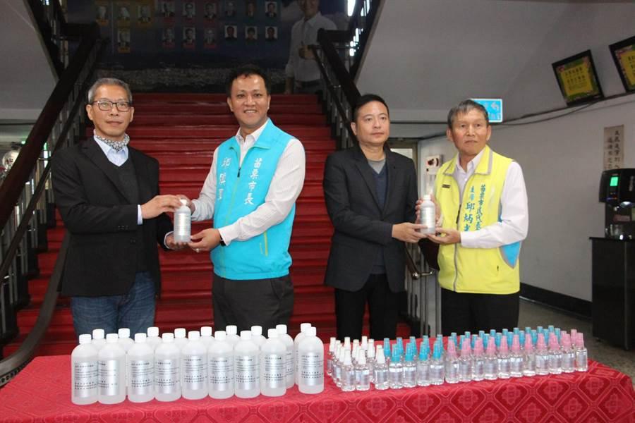 宸鼎生物科技公司捐贈苗栗市公所濃度75%酒精。(何冠嫻攝)