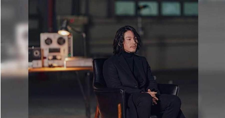 網友發現張赫有如偵探小說《角落裡的老人》裡的主角「安樂椅神探」般,只需坐在椅子上,就能憑藉著推理找到真兇。friDay影音