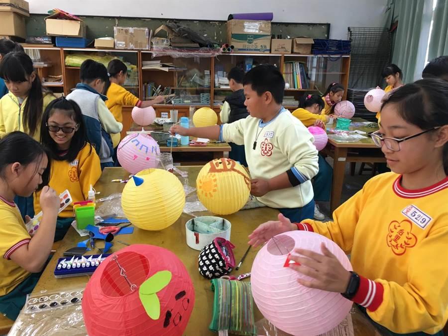 彩繪燈籠活動融入教學中,培養學生們對美的鑑賞力、陶冶人文氣息。(台中市政府教育局提供/陳世宗台中傳真)