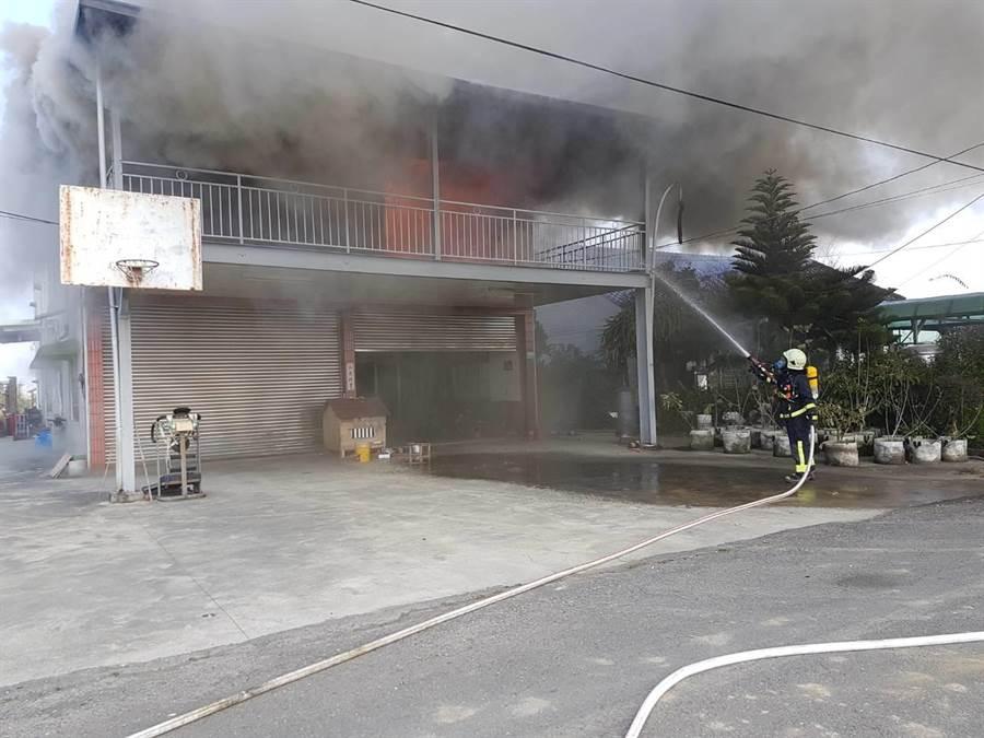 嘉義縣太保市梅埔里今天上午11點多發生火警,一棟2層樓的住宅二樓神明廳起火燃燒。(嘉義縣消防局提供/張毓翎嘉義傳真)