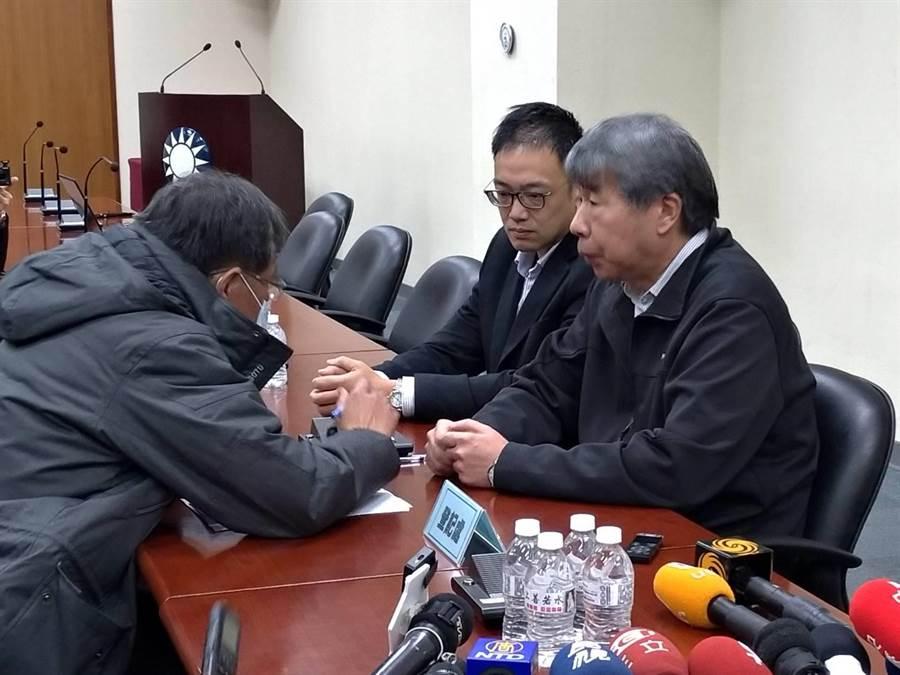 張亞中(右)由毛嘉慶陪同,到國民黨主席補選登記處發表公開信。 (黃福其攝)