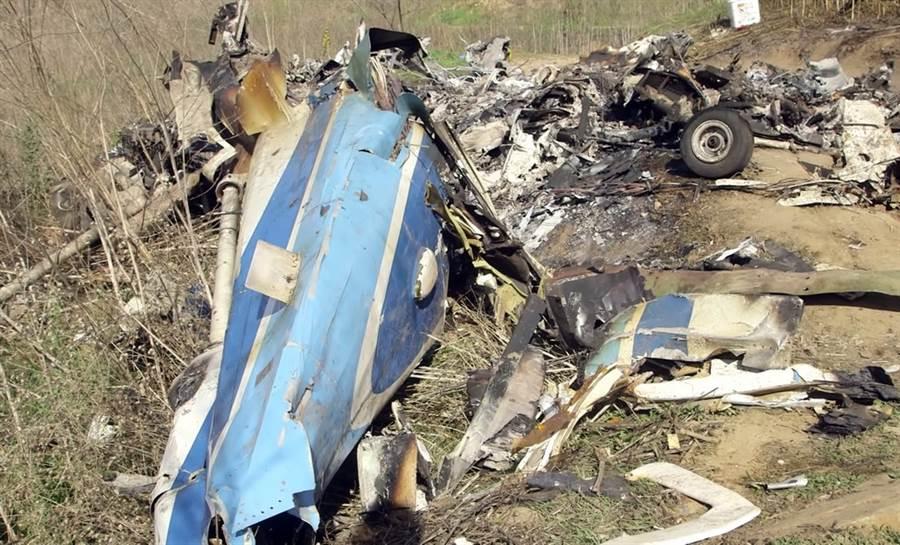 布莱恩私人直升机坠地爆炸现场的惨状。(美联社)