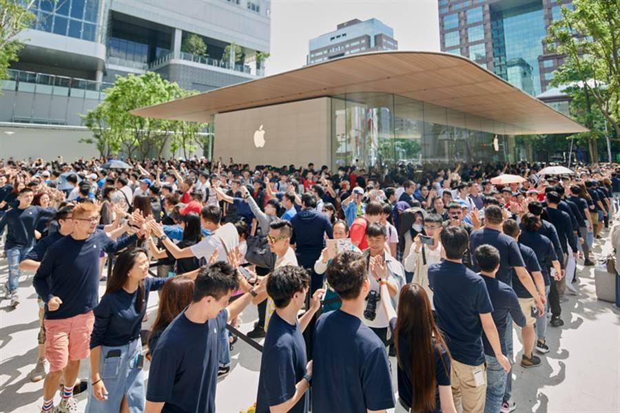 數千名顧客在台北市中心的 Apple 信義 A13 外排隊,以成為第一批造訪全新直營店的顧客。(摘自蘋果官網)