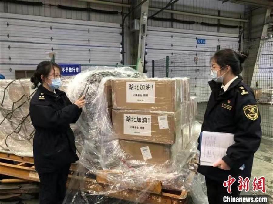 圖為境外捐贈口罩抵達武漢。(圖/翻攝中新社)