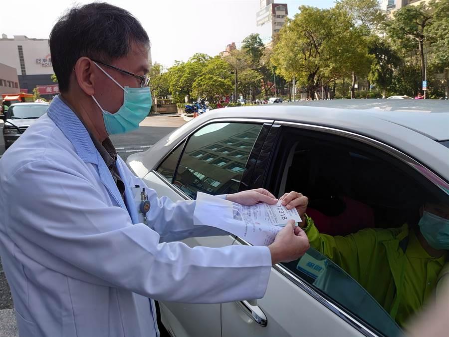 高醫3日起增設戶外「慢性病連續處方箋」領藥服務,民眾免下車,就可以享有「得來速」快速領藥服務。(高醫提供/柯宗緯高雄傳真)