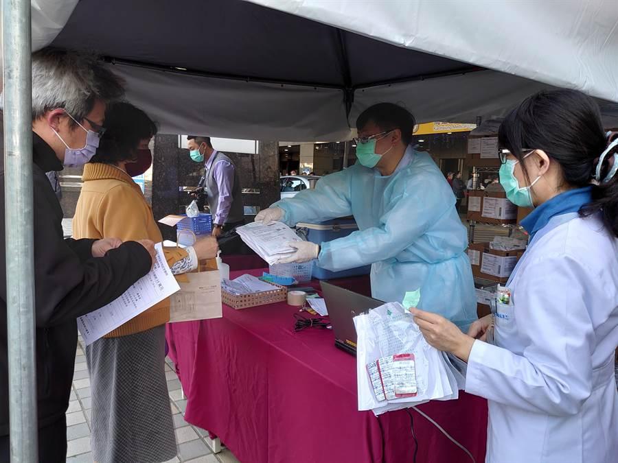 高醫3日起增設戶外「慢性病連續處方箋」領藥服務,減少頻繁進入醫院機會。(高醫提供/柯宗緯高雄傳真)