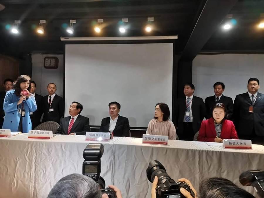 最右側著紅衣者為蔡慧玲律師。(圖/張佩芬)
