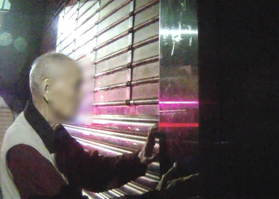 中市一位84歲有失智現象的老翁,清晨在向上路上迷路,中市警局第四分局春社派出所員警,查出老翁住家,直接以巡邏車送回家。(台中市警局第四分局提供/黃國峰台中傳真)