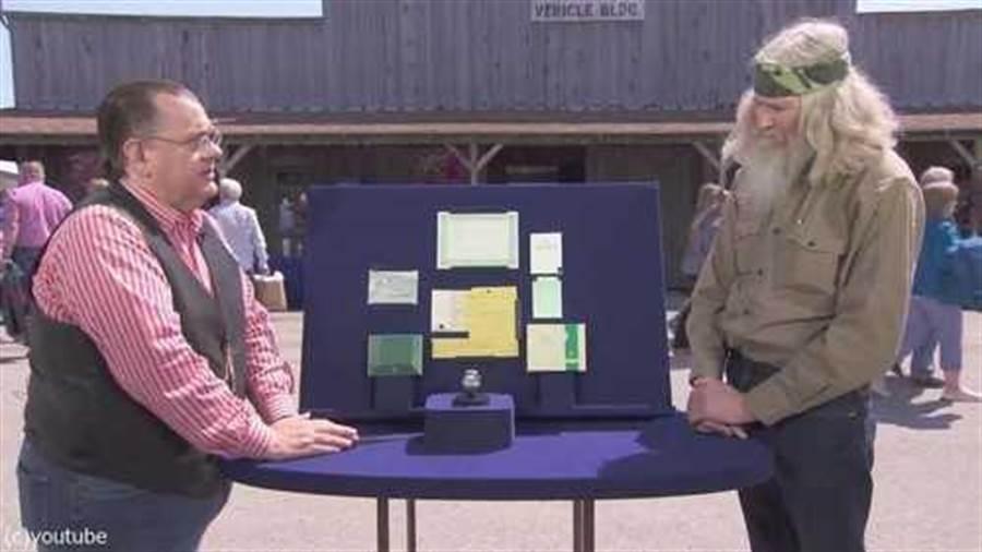 美國一位退役軍人,拿著收藏超過40年的勞力士手錶上節目鑑定。(圖/翻攝自youtube)