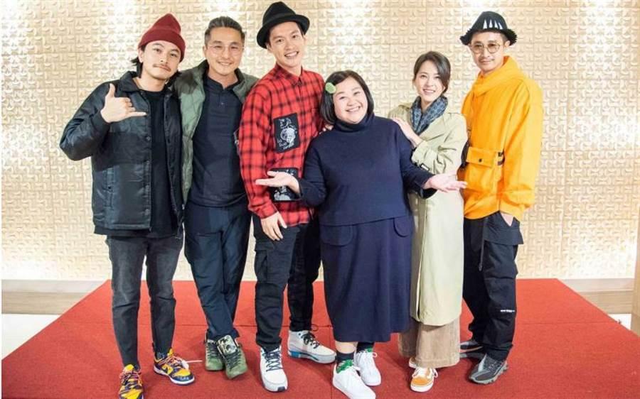 楊銘威、王少偉、許孟哲、鍾欣凌、蘇晏霈、Darren在《我的婆婆》中詮釋搞笑又寫實的親情戲。(圖/公視提供)