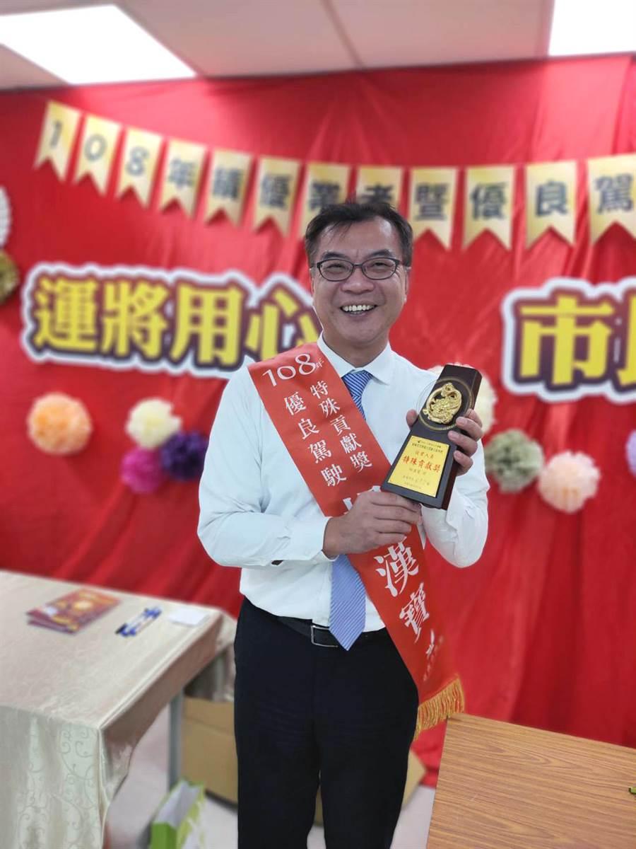 視獨居老人如親的港龍大車隊司機楊漢寶獲「公車暨計程車從業人員特殊貢獻獎」。(洪榮志攝)