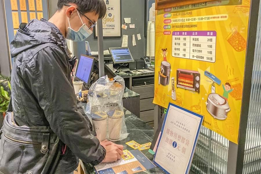 在新竹縣「家家有標章、共下愛健康」優良餐飲店家消費滿300元,能獲1張刮刮卡參與「到竹縣、刮豪禮」活動。(羅浚濱攝)