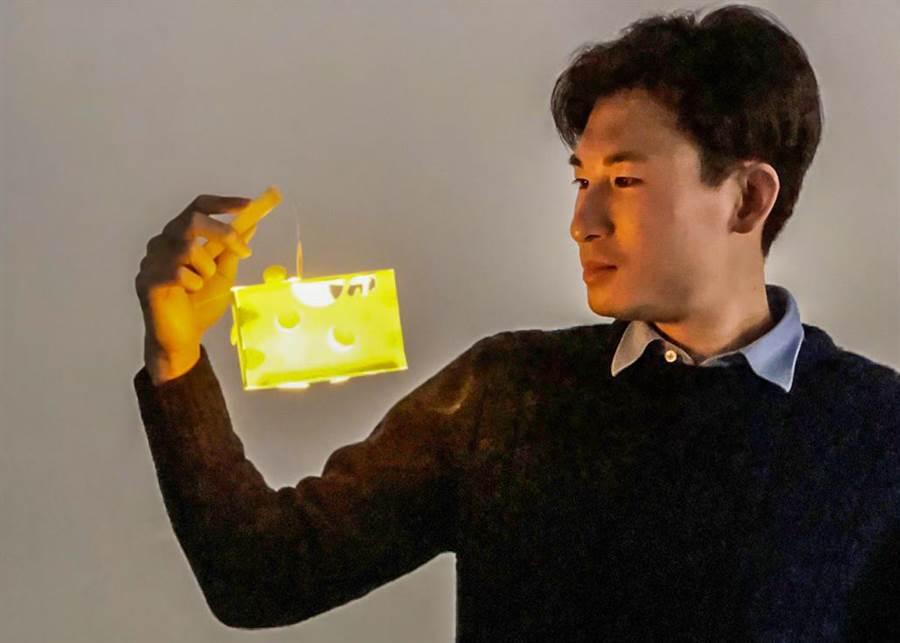 新竹市8日、9日2天舉辦「放閃元宵賞花樂」元宵晚會活動,現場發送可愛的「起司鼠來寶小提燈」。(羅浚濱攝)