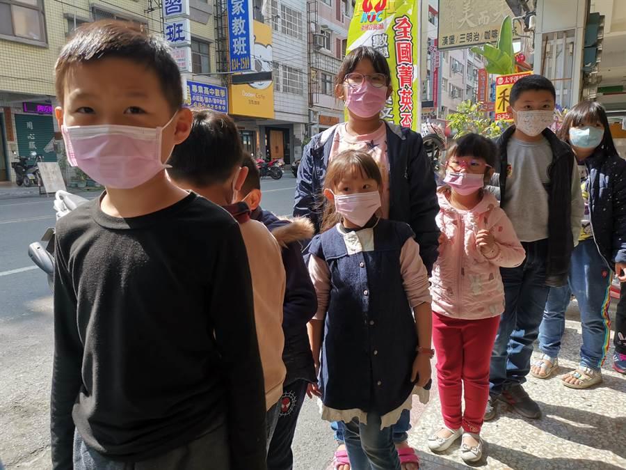 政府雖沒有規定須戴口罩,但多數家長防疫觀念提升,都會主動讓孩子戴口罩。(吳建輝攝)