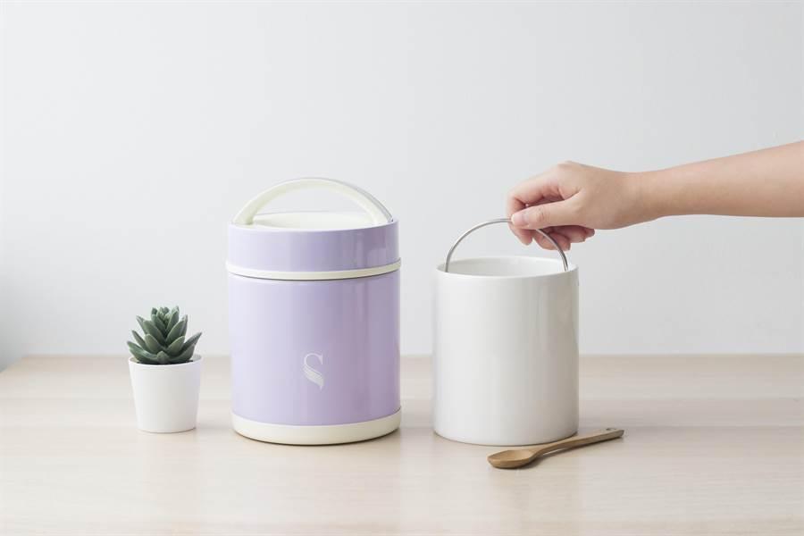陶瓷食物悶燒罐內膽跟過去的食物保溫罐不同,陶瓷內膽有提把可方便民眾取出清洗。(SWANZ提供)