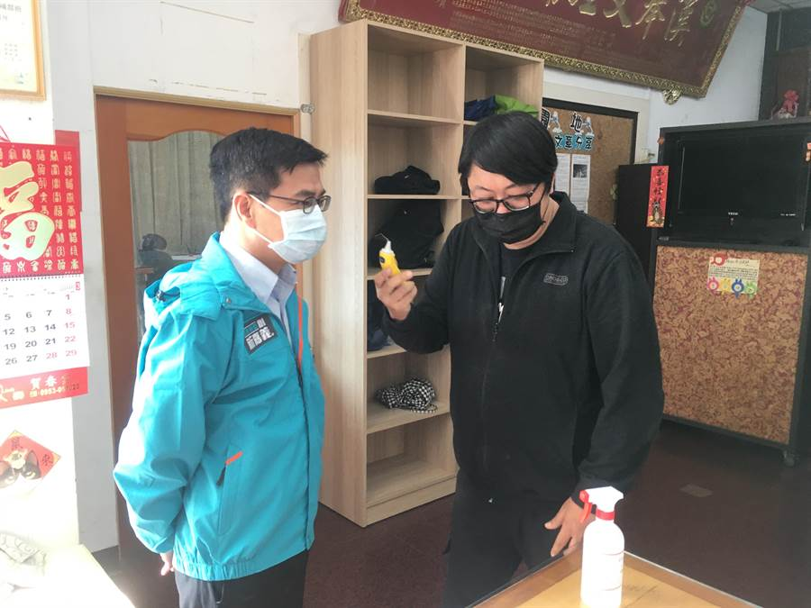 教育處長陳添丁(左)3日前往朴子市大型補習班了解防疫情形。(嘉義縣政府提供/張毓翎嘉義傳真)