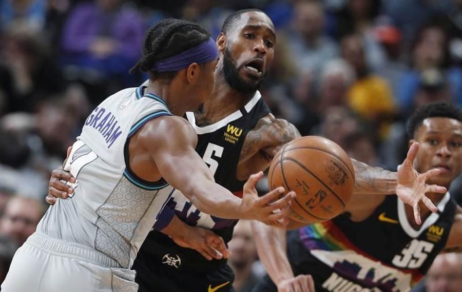NBA黃蜂隊Devonte' Graham(左)傳球遭到阻擋。(美聯社資料照)