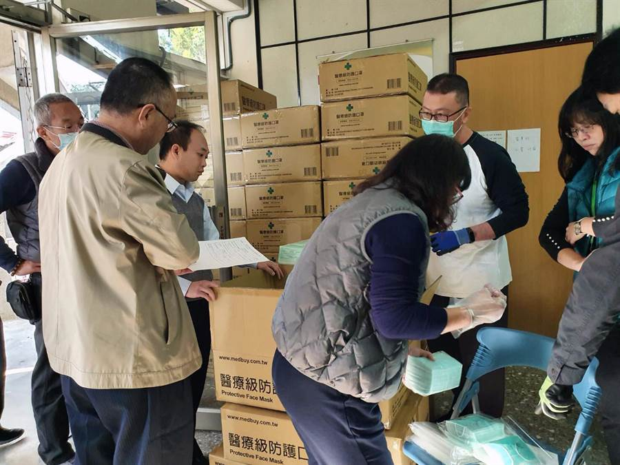因應武漢肺炎疫情影響層面持續擴大,台南市政府宣布拉高防疫層級成立防疫因應小組,討論防疫醫療等相關議題。(市府提供/洪榮志台南傳真)