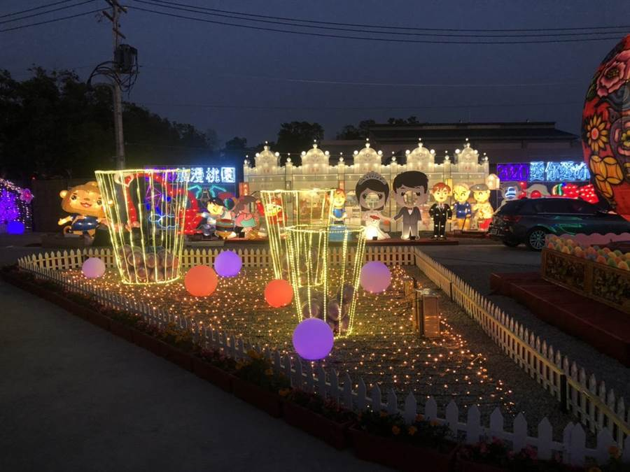 桃園市花燈以大溪老街巴洛克風格建築,營造浪漫氛圍與文化意象。(台中市府提供/盧金足台中傳真)