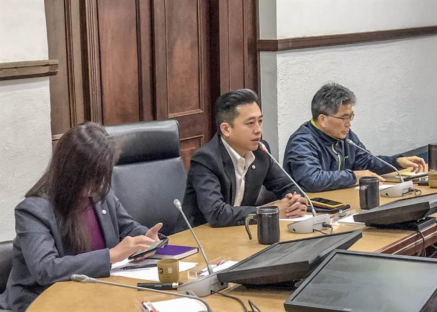 新竹市長林智堅主持跨局處防疫會報,提出「6大安心宣示」。(羅浚濱攝)