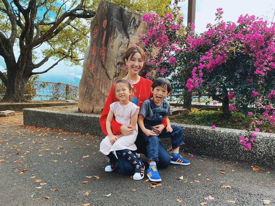 隋棠帶Max、Lucy爬貓囒山。(圖/翻攝自隋棠臉書)