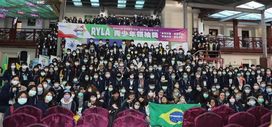 ▲參與國際扶輪青少年領袖營的250位青少年,基於防疫,每人都戴上口罩,也形成另一特殊景觀。(扶輪社提供/楊樹煌南投傳真)