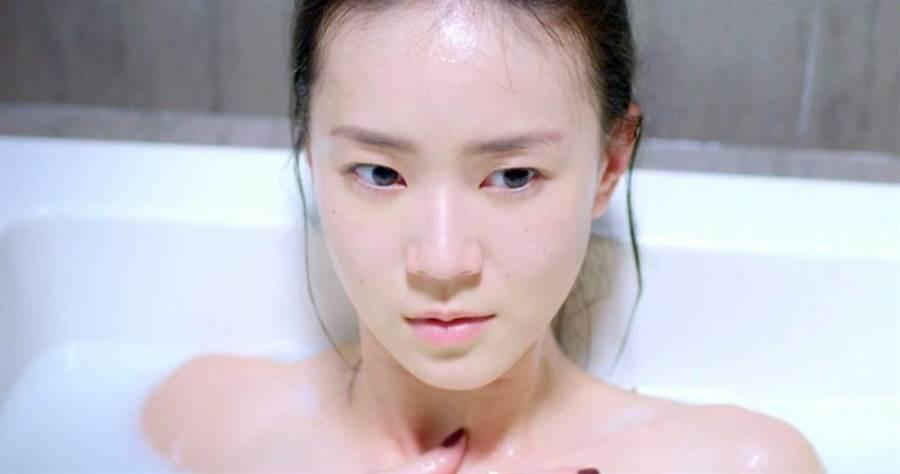 鍾瑶在《跟鯊魚接吻》洗泡泡浴。(圖/三立提供)