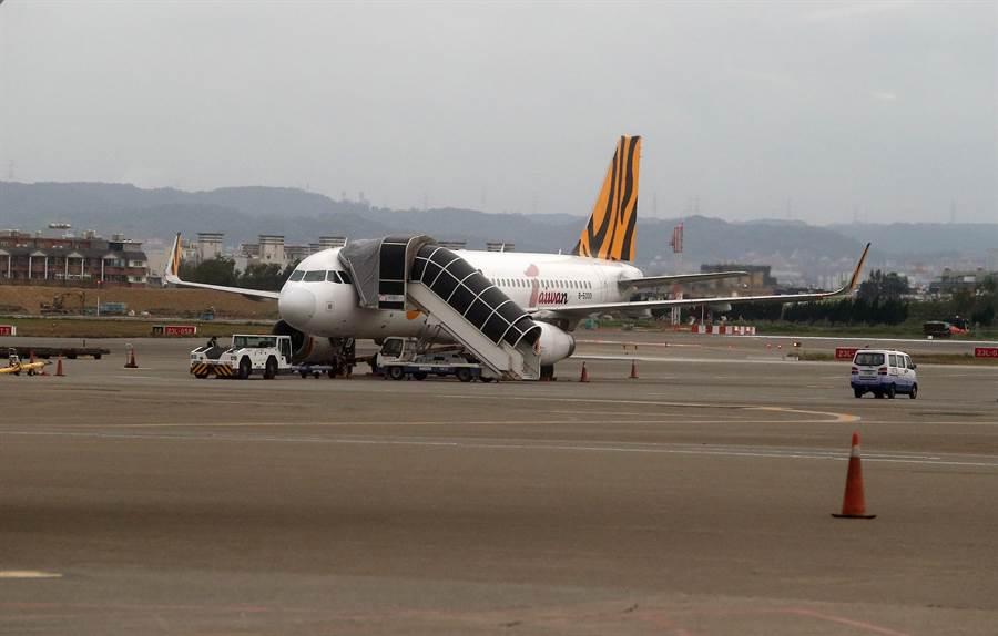 武漢包機抵達後會先停靠601外接駁機坪。(陳麒全攝)