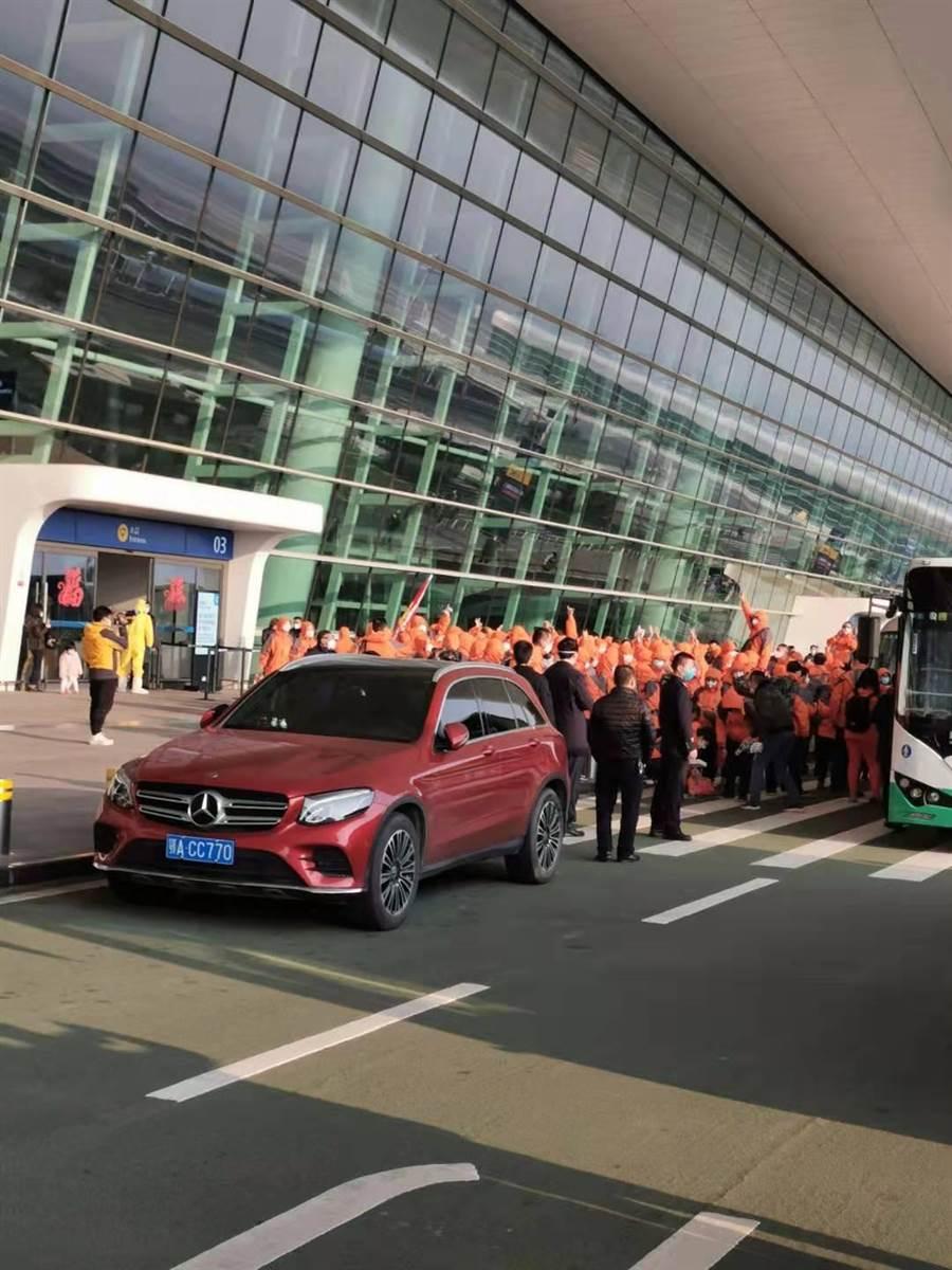 3日下午首批武漢返台的台胞抵達天河機場,現場有大批安全防護措施隊伍。(湖北武漢返鄉後援會提供)