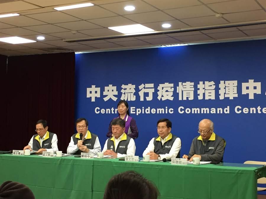 衛福部長陳時中(中)表示,用健保卡購買口罩會是考量的方式之一。(陳人齊攝)