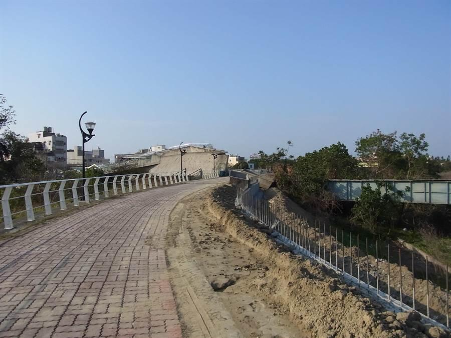「北港溪河濱公園」工程,打造北港溪水岸綠地。(張朝欣攝)