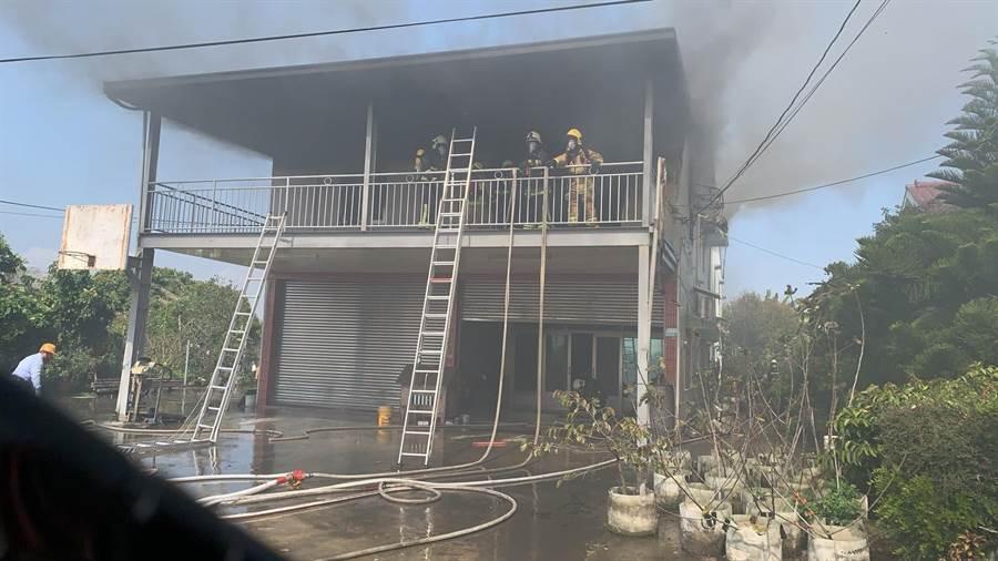 嘉義縣太保市梅埔里3日發生有消防隊員在救火時,爬梯摔落。(嘉義縣消防局提供/張毓翎嘉義傳真)