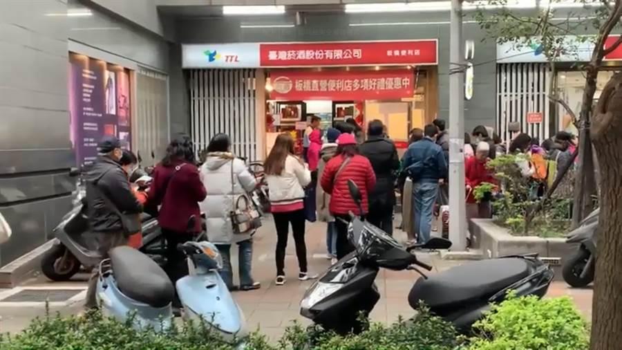 搶買酒精 台灣菸酒公司新北門市大排長龍。(圖/摘自中時電子報影片)