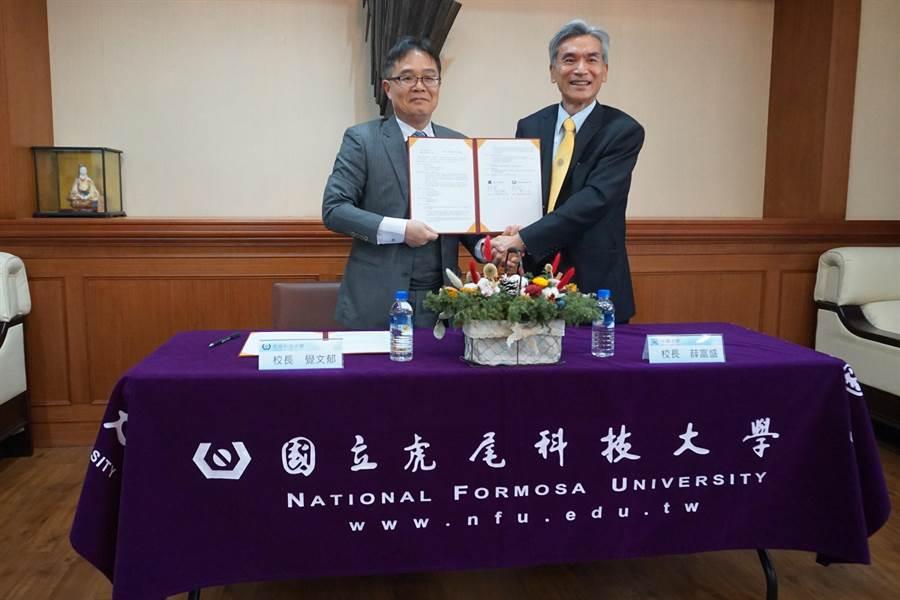 虎尾科技大學校長覺文郁(左)、中興大學校長薛富勝代表簽署合作協議書。(虎科大提供/許素惠雲林傳真)