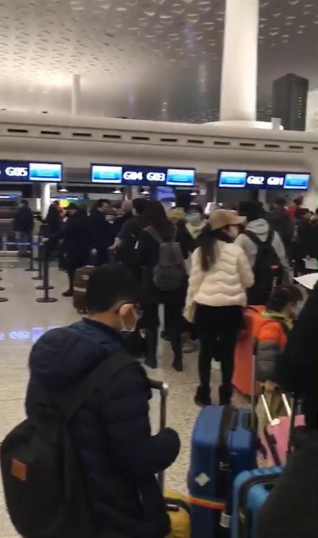 大批武漢台商及眷屬3日晚在武漢天河機場排隊辦理登機手續,準備返台。(武漢台商提供)