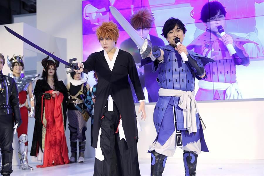 在《死神》中演繹主角「黑崎一護」的人氣聲優森田成一(右),與扮裝為黑崎一護的Coser洛飛(左),一同在台上舞劍演繹經典招式「卍解」。(黃世騏攝)
