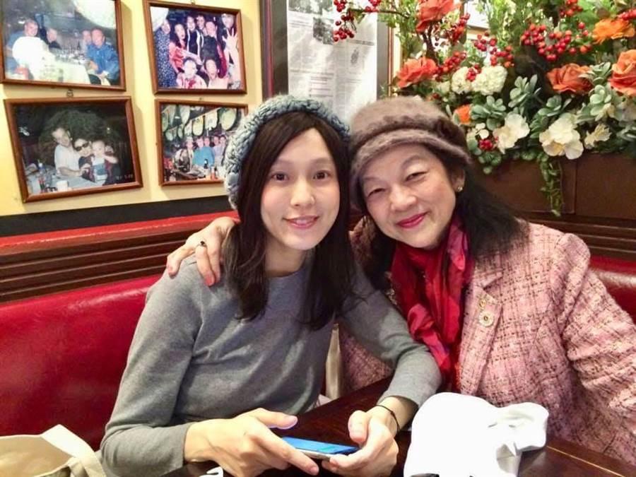 范瑋琪(左)與范媽媽廖惠真(右)感情相當好,這次的口罩事件,道歉文下也被發現媽媽留言「不相信妳會寫這些東西!」。(圖/翻攝自廖惠真 粉絲團)