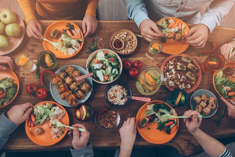 膽結石不一定會有明顯症狀,大多是以右上腹或上腹疼痛來表現,可能會伴隨噁心嘔吐或消化不良,容易在吃完大餐後發作。此為示意圖。(達志影像/shutterstock)