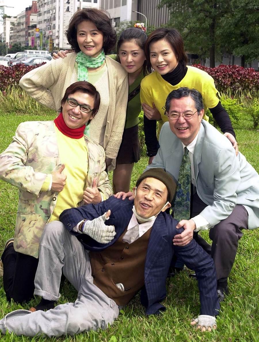 2002年《今天不上班》主要演員陳柏蓁、李嬿、程秀瑛、巴戈、小戽斗。(王英豪攝)