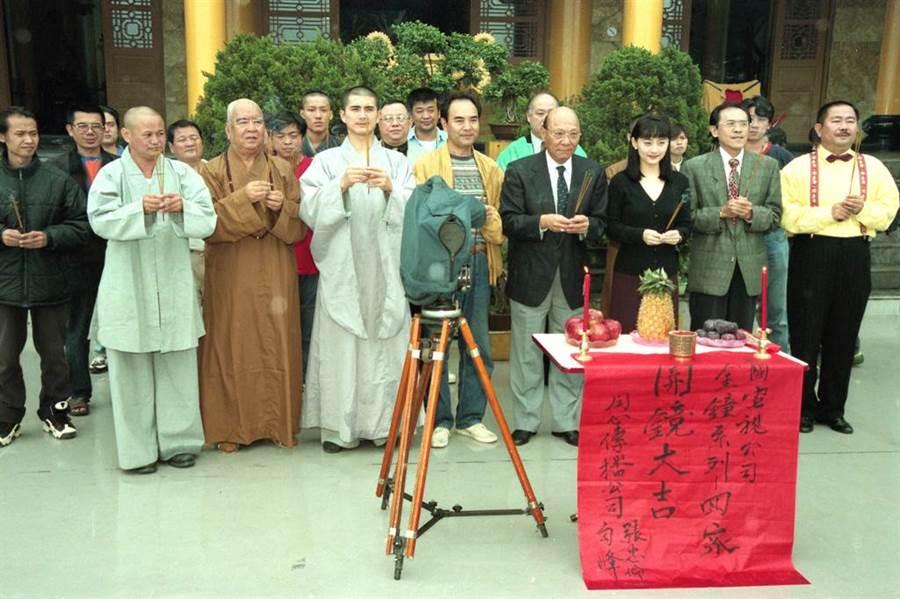 1998年《回家》(前排右起)趙舜、小戽斗、陳德容,(前排左三起)王孫、邵昕、勾峰。(蔡宜謀攝)