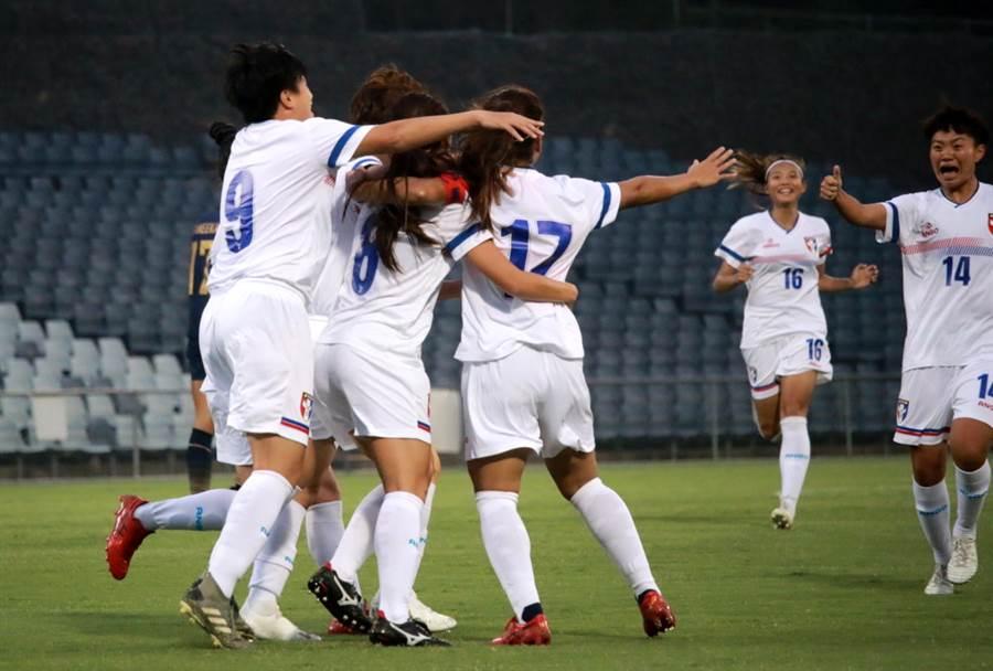 中華女足隊長丁旗(17號)攻破泰國大門,與隊友擁抱慶祝。(中華足協提供)