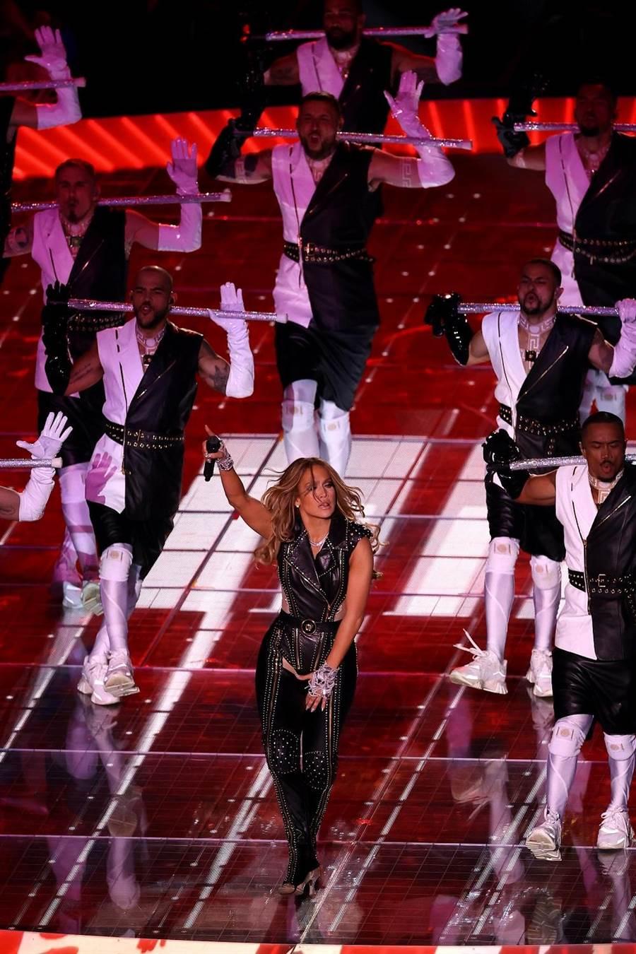 J Lo身穿Versace黑色機車服登上超級盃,耗費400多個小時製成。(Versace提供)