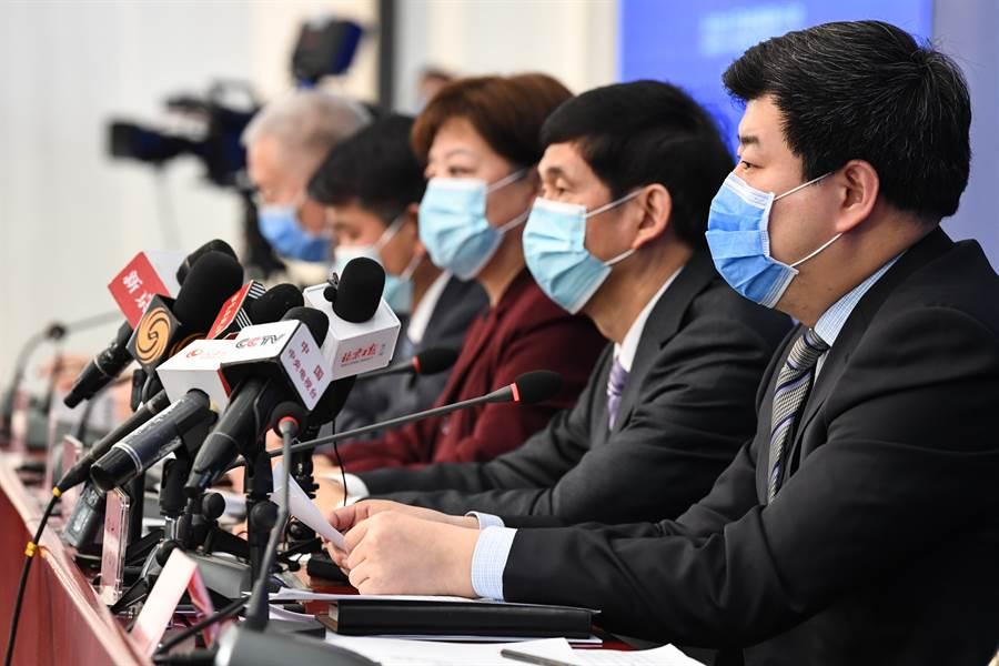 北京市舉行新型冠狀病毒感染的肺炎疫情防控工作新聞發佈會(如圖)上指出,超過半數以上的確診患者屬於群聚感染,其中包括一起高達9人的院內感染。(圖/中新社)
