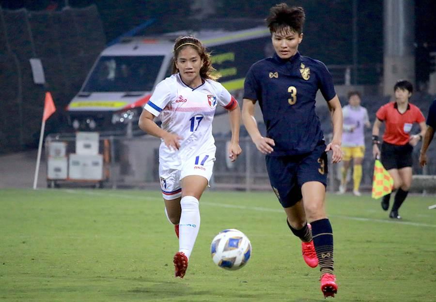 中華女足隊長丁旗(左)除了進攻,積極拚搶的防守鬥志也令人印象深刻。(中華足協提供)